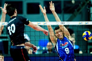 epa06175183 Simon Van de Voorde (L) of Belgium and Daniele Mazzone (R) of Italy in action during the 2017 CEV Volleyball European Championship a quarter-final match between Italy and Belgium in Katowice, Poland, 31 August 2017.  EPA/Andrzej Grygiel POLAND OUT