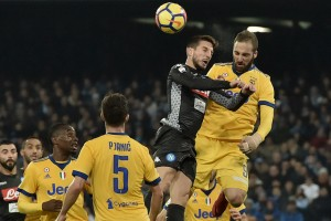 Juventus' forward from Argentina Gonzalo Higuain (R) fights for the ball with Napoli's forward from Belgium Dries Mertens during the Italian Serie A football match Napoli vs Juventus on December 1, 2017 at the San Paolo stadium in Naples.  / AFP PHOTO / TIZIANA FABI        (Photo credit should read TIZIANA FABI/AFP/Getty Images)