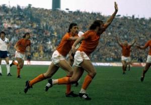 Olanda-Germania-Est-2-0-Neeskens-apre-le-marcature