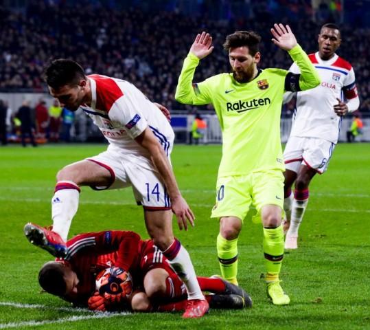 Il Lione tiene testa al Barça.